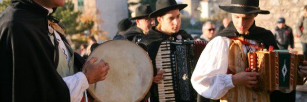 """Il 24 e 25 novembre a Giano dell'Umbria si celebra la """"bonfinita"""" della raccolta delle olive con """"Le Vie dell'Olio. Rievocazione della Festa della Frasca"""""""